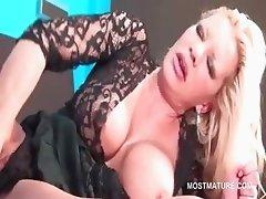 Orgasm addict mature sex bomb vibing her pussy